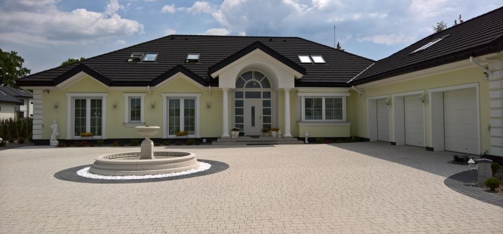 Nowy dom z blachą gontopodobną z pospyką