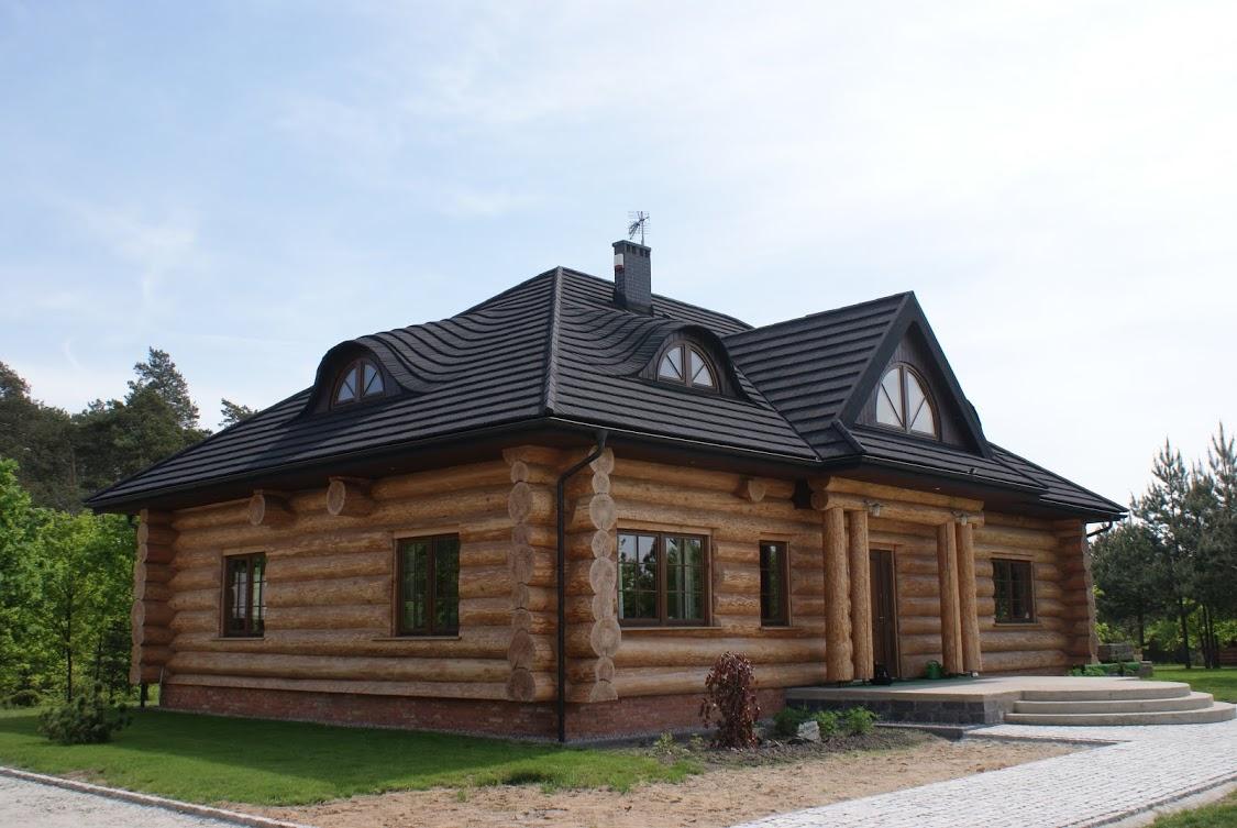 Dom drewniany z blachodachówką gontopodobna z posypką