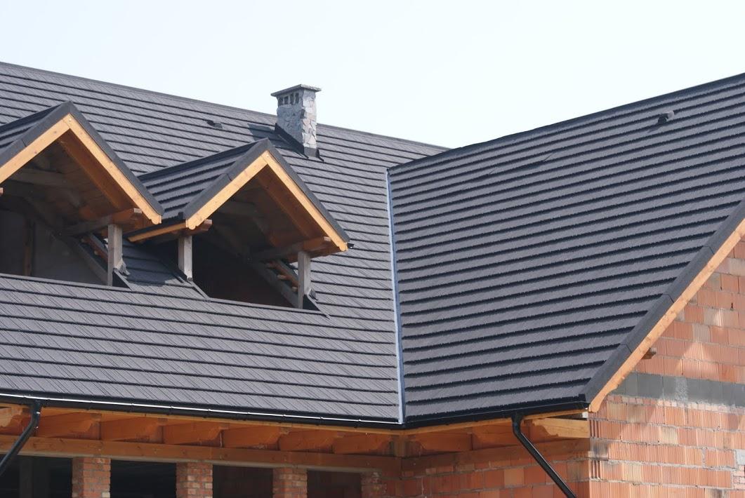 Gont stalowy z posypką na dachu